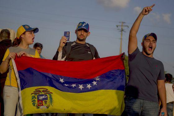 Tres estudiantes opositores hoy en Caracas.