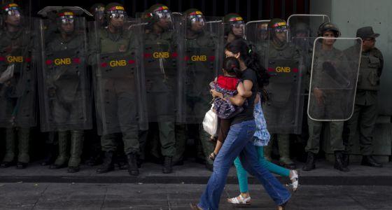 Miembros de la Guardia Nacional venezolana custodian la sede del Ministerio de Transporte en Caracas.
