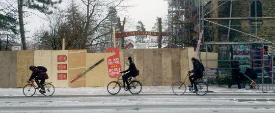 """Entrada tapiada en el barrio de Christiania con carteles de """"No molestar"""", a finales de enero."""