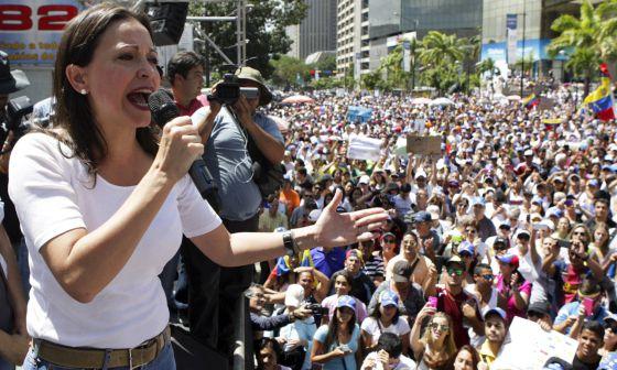La diputada María Corina Machado se dirige a los asistentes a una protesta contra Nicolás Maduro el pasado 16 de febrero.