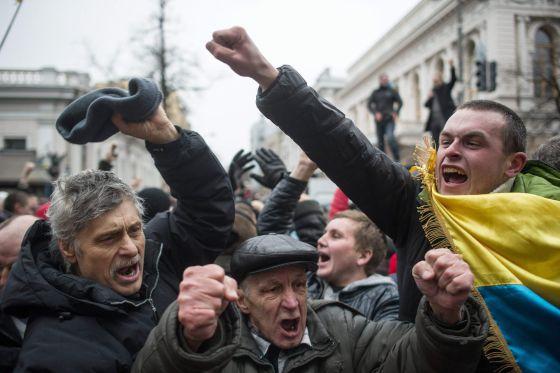 Los manifestantes celebran la destitución de Yanukóvich.