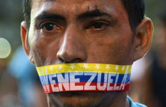 Un hombre en una de las protestas del 23 de febrero en Caracas.