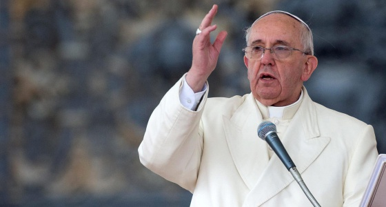 El papa Francisco bendice a los fieles durante la audiencia general de los miércoles en la plaza de San Pedro en el Vaticano.