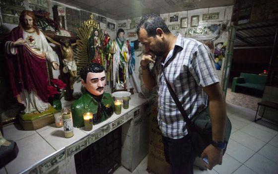 Un fiel en la capilla de Malverde, el bandolero santo de Sinaloa.
