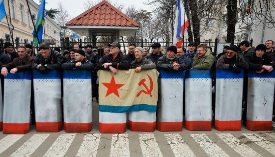 Simpatizantes prorrusos se concentran en una calle de Simferópol, Crimea.