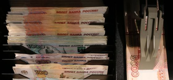 Imagen de una caja registradora en Moscú con billetes de 100, 500, 1000 y 5000 rublos.