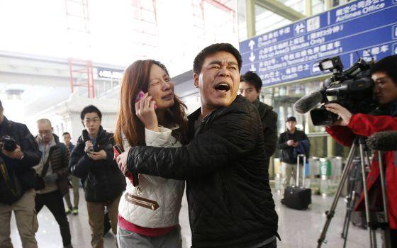La familiar de uno de los pasajeros, en el aeropuerto de Pekín.