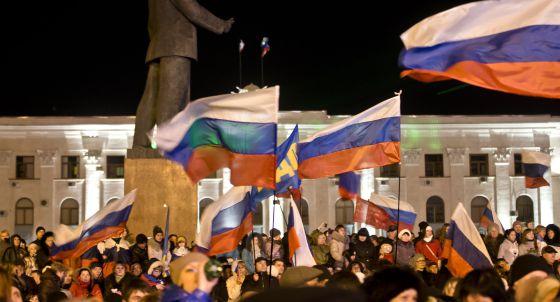 Simpatizantes prorusos celebran este domingo en la plaza Lenin de Simferópol.