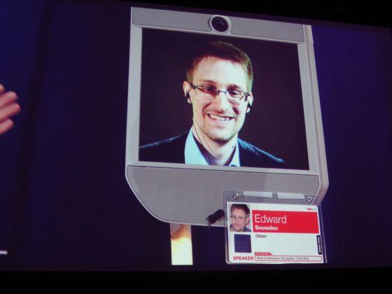 Snowden, en la pantalla de un robot en Vancouver.