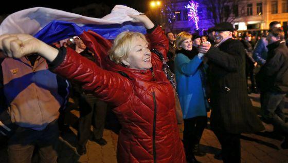 Ciudadanos de Simferópol con banderas rusas para festejar la anexión.