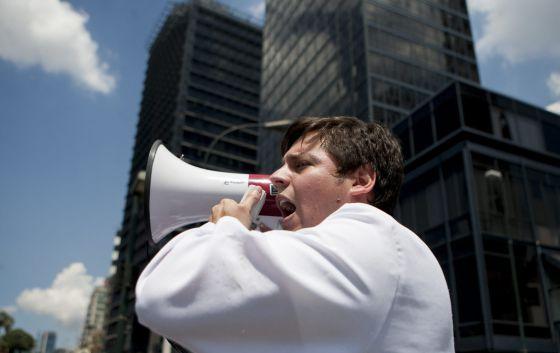 Un médico protesta en Caracas por las carencias de la sanidad.
