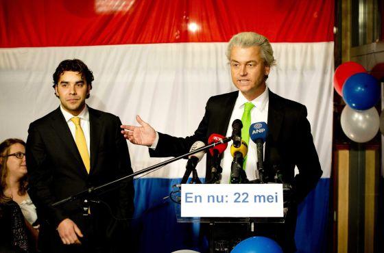 Geert Wilders (a la derecha), junto a su candidato en La Haya, Leon de Jong, anoche durante el recuento.