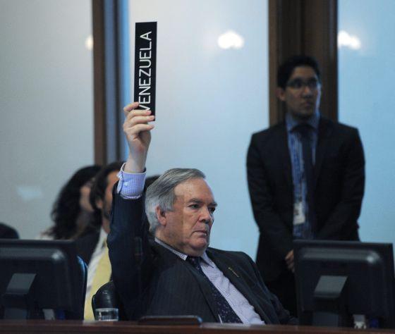 El embajador de Venezuela ante la OEA, Roy Chaderton, vota en contra del acceso a los medios a la sesión