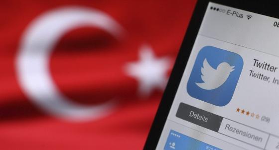 El logotipo de Twitter aparece en la pantalla de un móvil junto a una bandera turca en Kaufbeuren (Alemania).