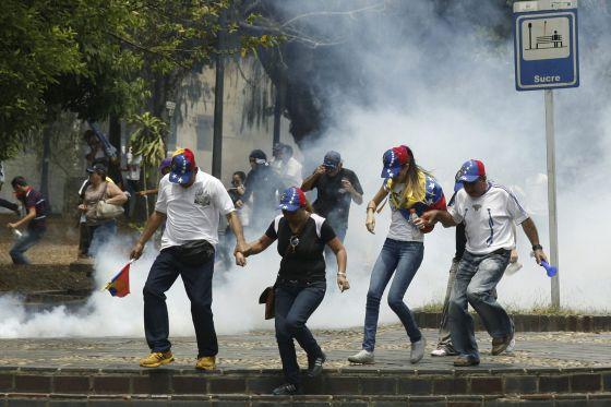Un grupo de manifestantes huye de una protesta el pasado 22 de marzo.