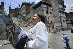 Una médico cubana, cooperante del programa Masión Barrio Adentro, busca la casa de un paciente.
