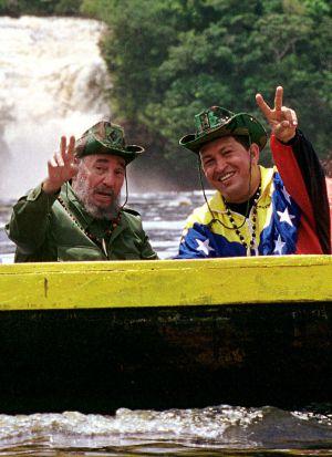 Los expresidentes Fidel Castro y Hugo Chávez en 2001 en una canoa al este de Venezuela.
