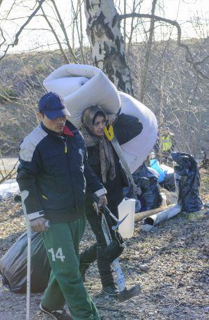 Dos gitanos rumanos desalojados de un campamento en Estocolmo el 14 de marzo.