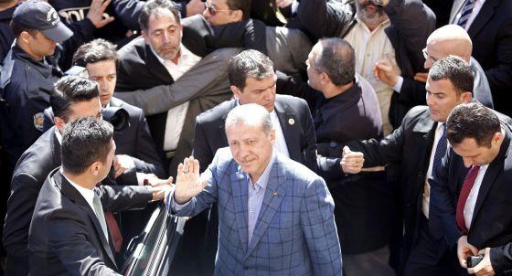 Erdogan, rodeado de simpatizantes después de haber votado en Estambul.