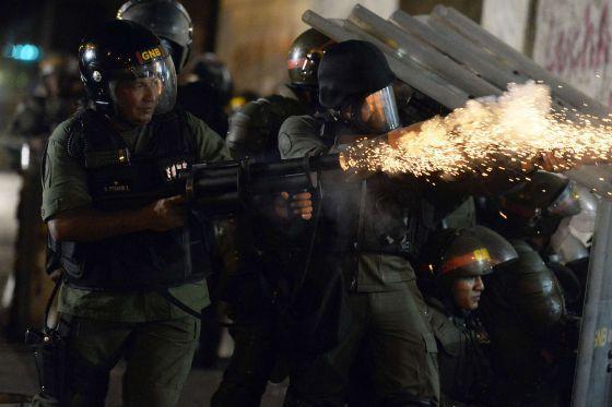 Miembros de la Guardia Nacional lanzan gases a los manifestantes en Caracas.