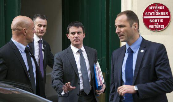 Manuel Valls sale de su domicilio en París, esta mañana.