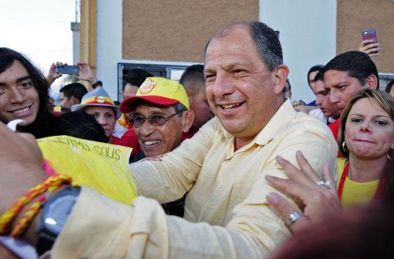El opositor Luis Guillermo Solís saluda a sus seguidores.