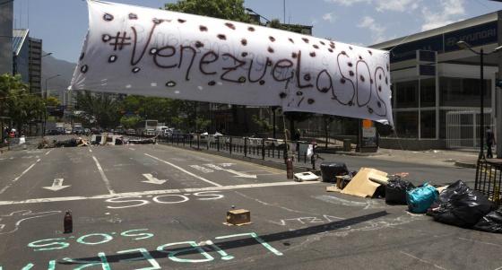 Una de las barricadas frente a las oficinas de la ONU en Caracas.