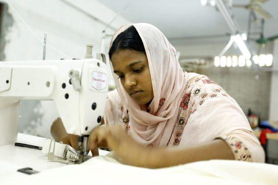 Una superviviente del Rana Plaza cose en un taller creado para emplear a las víctimas.