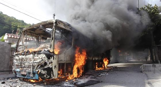 Un autobús incendiado en la favela de Caramujo.
