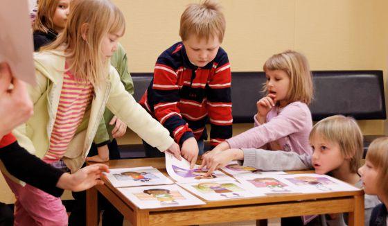Unos niños participan en el programa educativo KiVa en Finlandia.