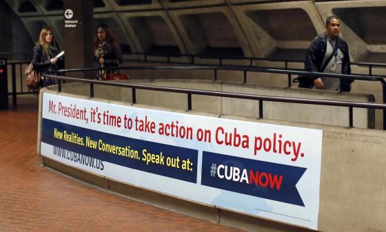 Cartel de la organización CubaNow en el metro de Washington.