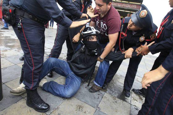 Un manifestante es detenido ayer, en la Ciudad de México.