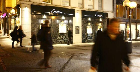 Vecinos pasean delante de una tienda de lujo en Luxemburgo.