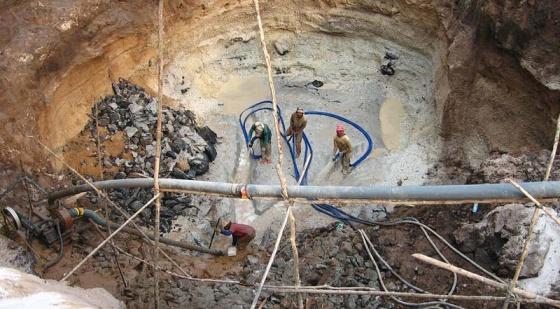 Trabajadores en una mina artesanal.
