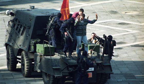 Detención de un grupo de secesionistas venecianos tras irrumpir en la plaza de San Marco con un tanque artesanal, en 1997.