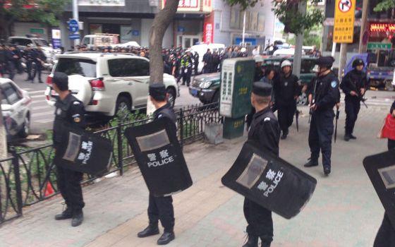 Policías acordonan la zona del atentado en Urumqi.