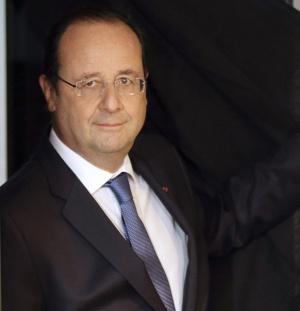 El presidente francés, François Hollande, sale de una cabina de votación en la ciudad de Tulle.
