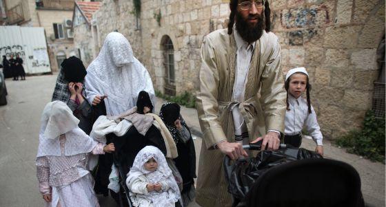 Una familia celebra el Purim, un carnaval judío, en un barrio ultraortodoxo de Jerusalén el pasado marzo.