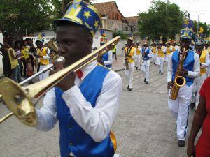 Celebración del día de la bandera en Cabo Haitiano.
