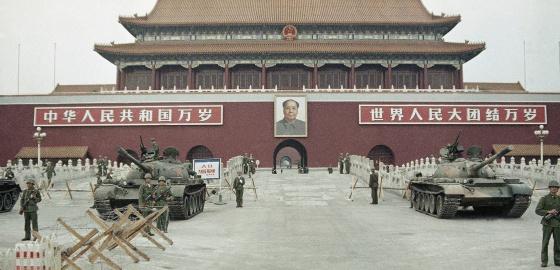 Oficiales chinos resguardan la plaza Tiananmen, el 10 de junio de 1989.