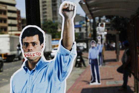 Figuras de cartón en apoyo a López, en Caracas