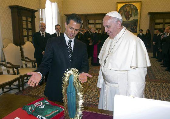 El presidente mexicano, Enrique Peña Nieto entrega regalos al Papa (una imagen de la Virgen de Guadalupe y una camiseta de la selección mexicana de fútbol), ayer durante una audiencia privada en el Vaticano.  Reuters