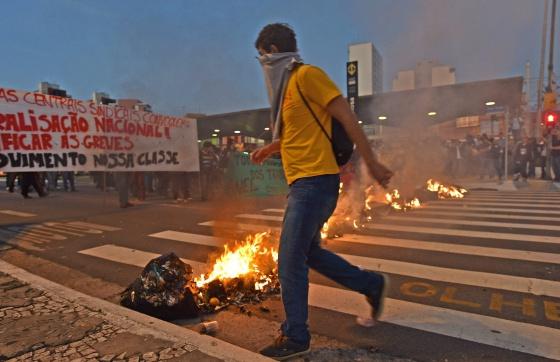 Uno de los manifestantes frente a una de las barricadas de protesta.