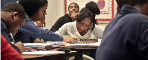 Una estudiante ayuda a otra durante una clase en el instituto Bedford Academy de Brooklyn, en Nueva York.