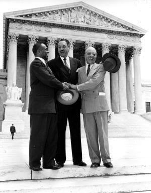 Los abogados George E. C. Hayes, Thurgood Marshall y James Nabrit (de izquierda a derecha) celebran en 1954, ante la Corte Suprema de Washington, la histórica sentencia contra la segregación escolar.