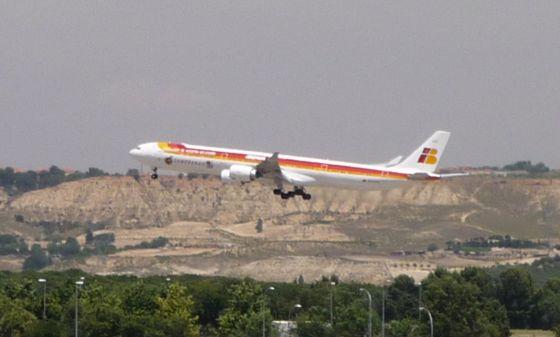 Un avión de Iberia despega del aeropuerto de Barajas, Madrid.