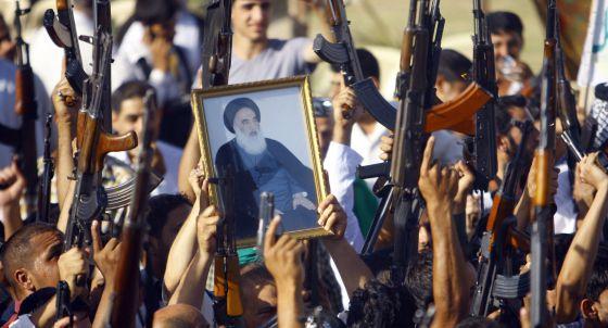 Chiíes iraquíes con un retrato del gran ayatolá Al Sistani en Nayaf.
