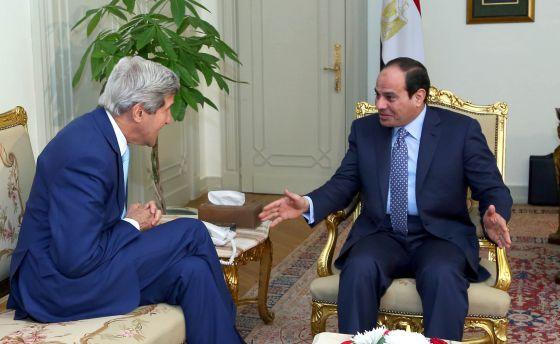 Kerry respalda en Egipto a Al Sisi, presidente y autor del golpe de Estado