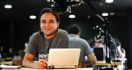 El mexicano Max Oliva en el espacio de 'coworking' que emprendió en 2007.