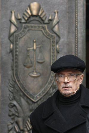 Limónov sale del Supremo ruso, en diciembre de 2011.